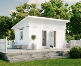 Vibo Njuta Funkis 25. Populär stuga med högt i tak. Färdiga väggmoduler. Valbara dörr- och fönstermoduler som kan placeras valfritt.